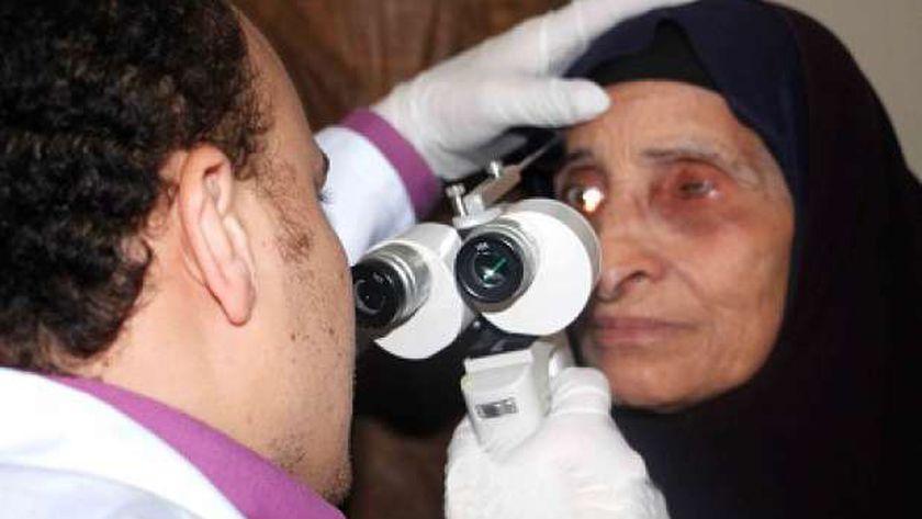 طبيب خلال كشفه على إحدى المريضات
