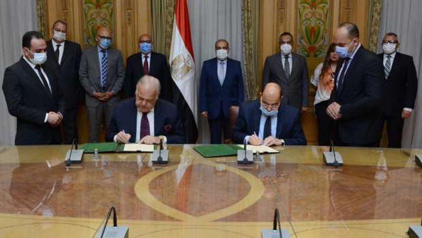 جانب من توقيع العقد