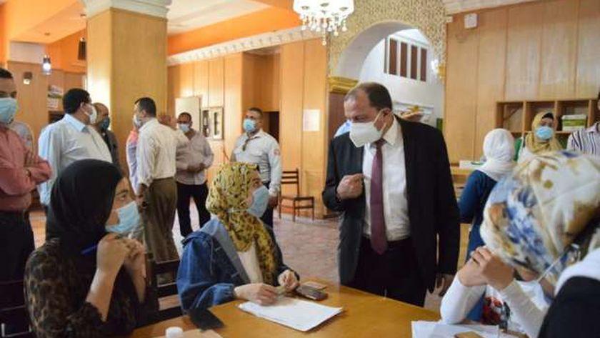 رئيس جامعة بني سويف يتفقد مقرات التطعيم بلقاح كورونا