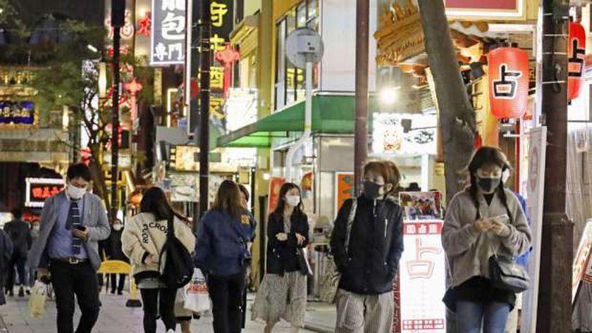 اليابانيون يرتدون الكمامات في الشوارع للوقاية من سلالة كورونا أكثر انتشارا