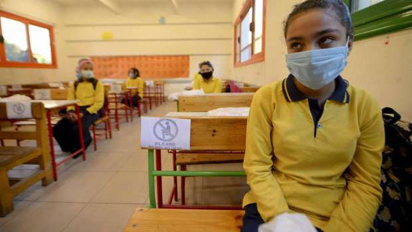 طلاب يرتدون كمامات طبية داخل أحد الفصول