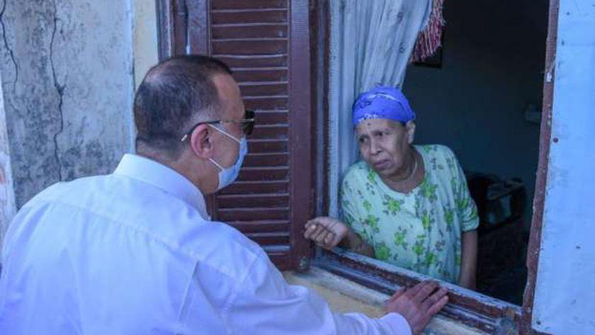محافظ الإسكندرية مع إحدى سيدات منطقة الدخلية