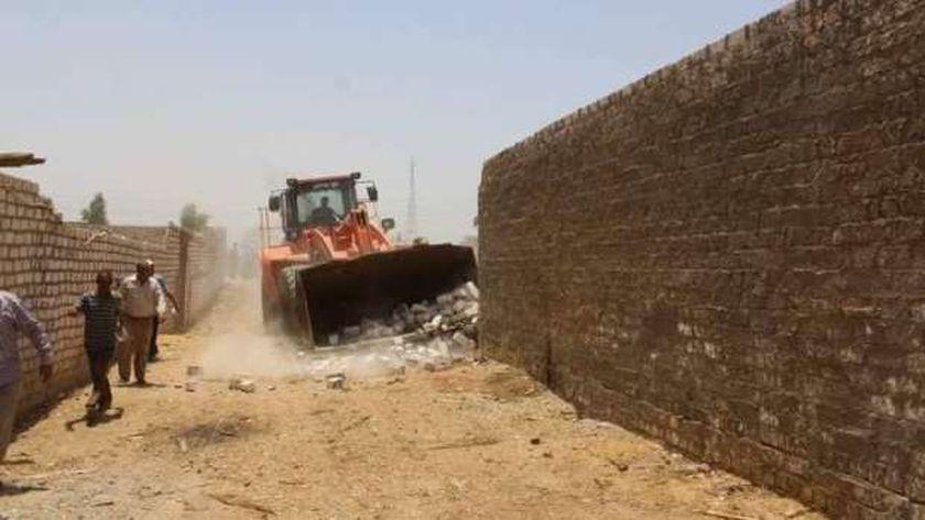 إزالة ٣٠ تعديا علي الأراضي في سوهاج