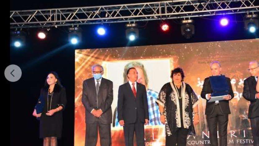 الدكتورة إيناس عبد الدايم وزيرة الثقافة خلال افتتاح مهرجان الاسكندرية السينمائي