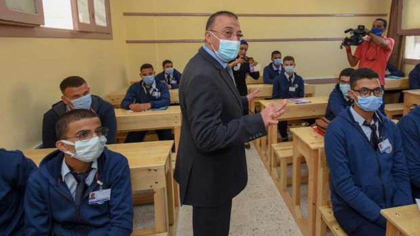 محافظ الإسكندرية مع الطلاب في المدارس