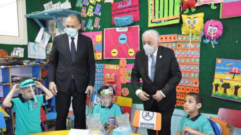 الدكتور طارق شوقى وزير التربية والتعليم يتفقد سير الدراسة بمدرسة أحمد زويل الرسمية المتميزة للغات