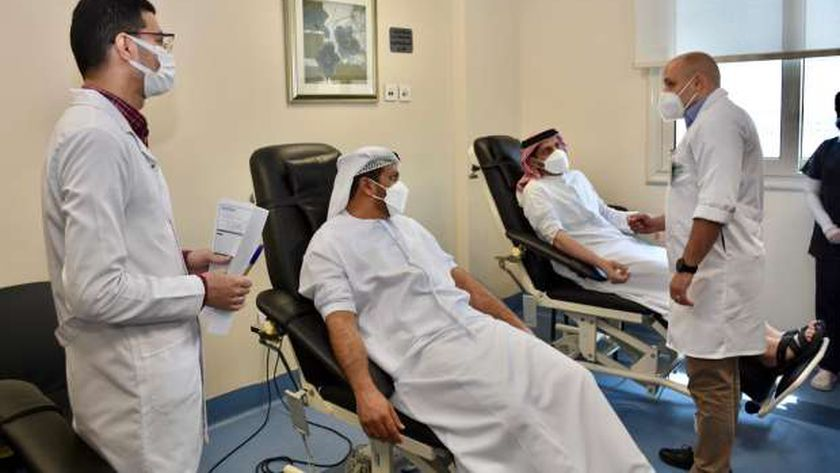 السفير خلال تبرعه بالدم