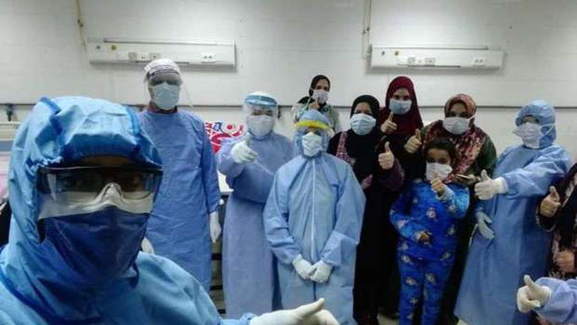 صورة خروج 168 مواطناً بعد تعافيهم من كورونا بدمياط – المحافظات
