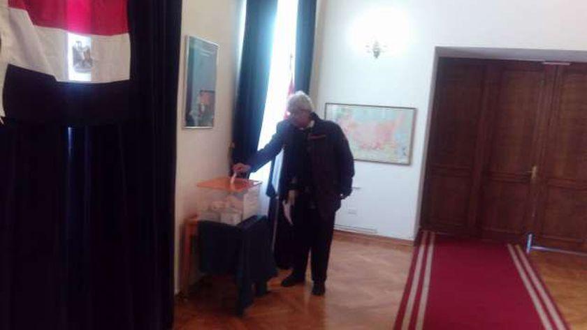 مواطن مزدوج الجنسية يدلي بصوته في الانتخابات