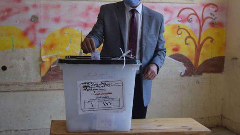 رئيس جامعة سوهاج يدلي بصوته بانتخابات النواب