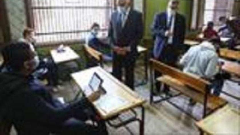محافظ الجيزة خلال تفقده لجان الامتحانات