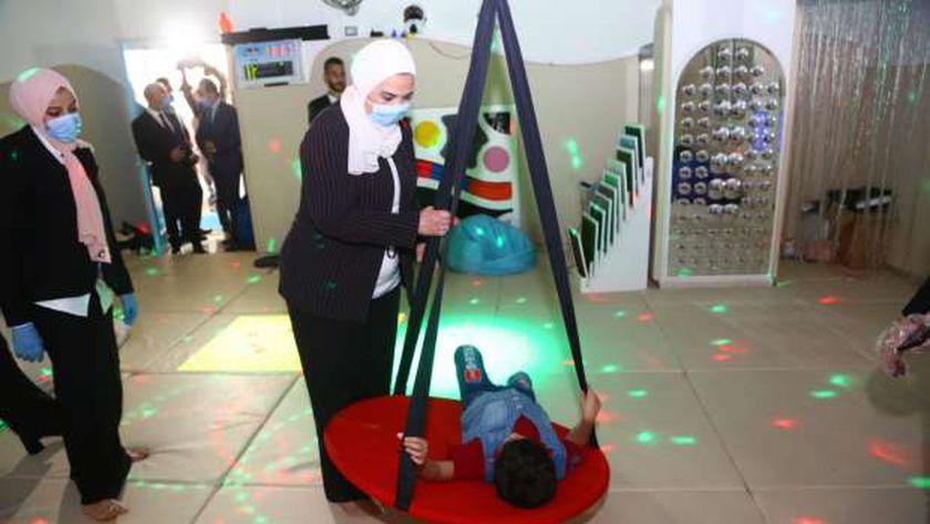 وزيرة التضامن  أثناء  افتتاح مركز رعاية وتأهيل حالات الشلل الدماغي بعد تطويره