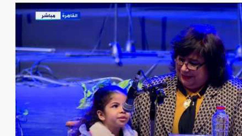 الطفلة نور مكي مع الدكتورة إيناس عبدالدايم وزيرة الثقافة
