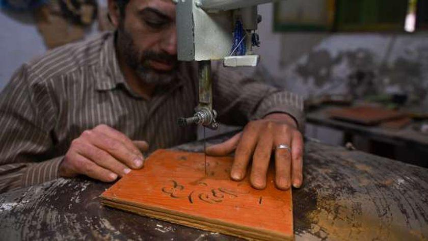 طارق يصنع جوانب الفانوس