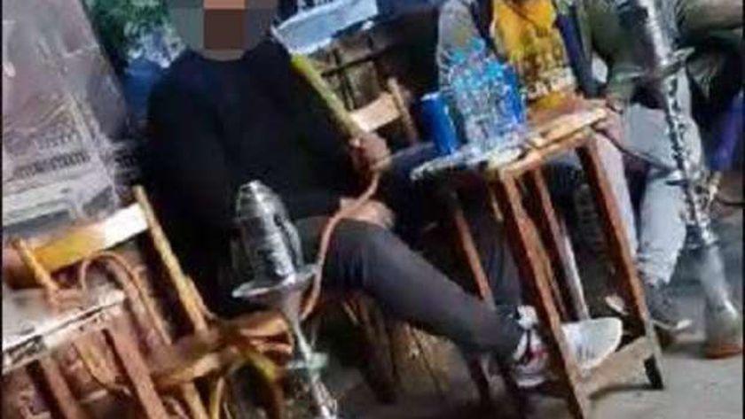تدخين الشيشة في أحد المقاهي