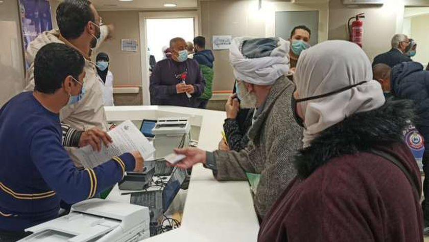 منح المواطنين لقاح كورونا في مجمع الإسماعيلية الطبي