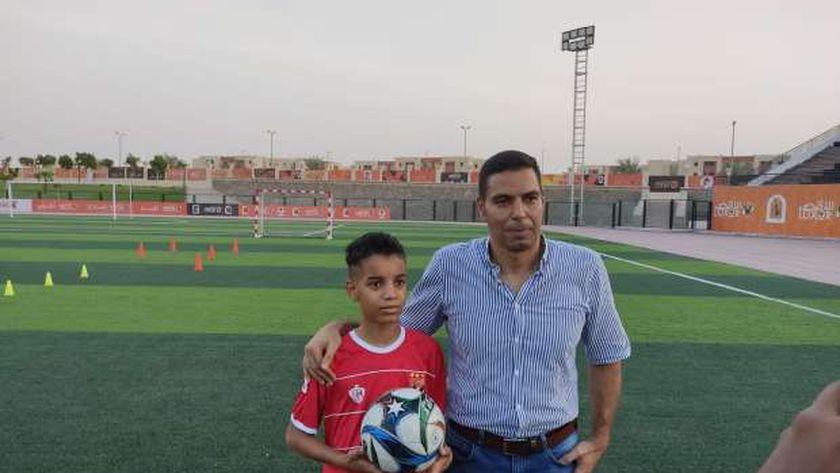 الطفل محمد أثناء لقائه مدير النادي الأهلى بالأقصر