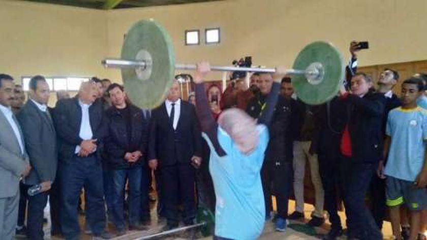 وزير الشباب يزور الصالة المغطاة ويشاهد عروض رياضية لرفع الأثقال بالوادي الجديد