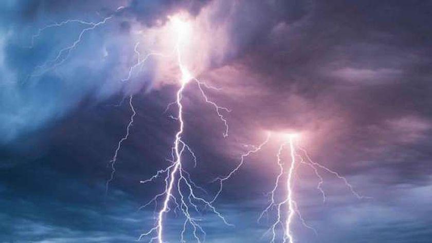 نصائح عند حدوث برق ورعد وسقوط أمطار