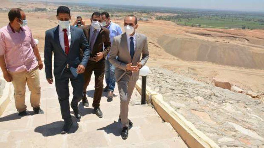 نائب محافظ سوهاج يتفقد مقابر الحواويش الأثرية