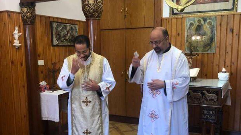 بطريرك الكاثوليك ونائبه خلال القداس