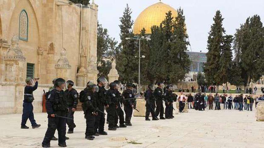 الشرطة الإسرائيلية تساعد المستوطنين في اقتحام الأقصى