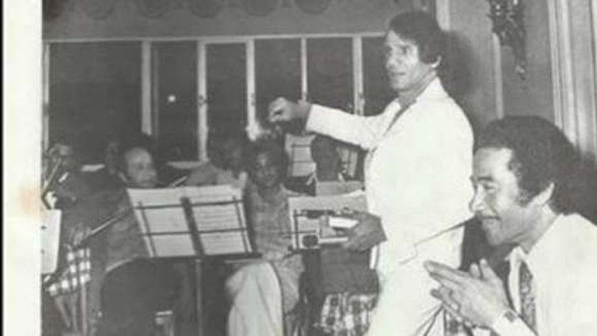 عبدالحليم حافظ ومحمد الموجي أثناء بروفة إحدى أغانيهما
