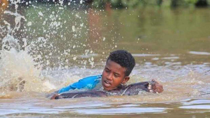 طفل سوداني يحاول النجاة من الفيضانات