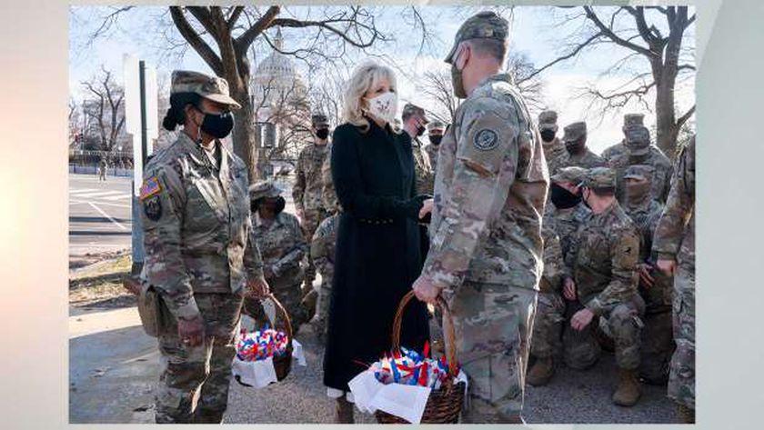 الحرس الوطني الأمريكي مع السيدة الأولى جيل بايدن