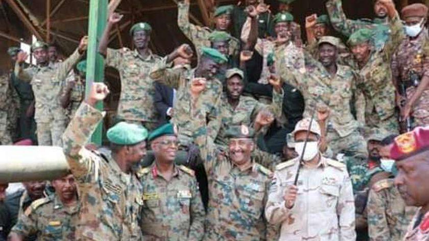 رئيس المجلس الانتقالي السوداني مع عناصر من القوات المسلحة السودانية