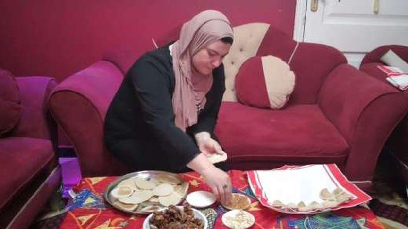 «الوطن» في منزل «أمينة الإيطالية» في أول أيام رمضان: عاملة قطايف ومحشي