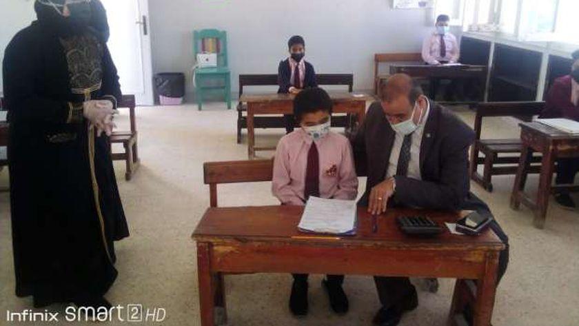وكيل وزارة تعليم مطروح خلال متابعته لإمتحانات الإبتدائية بادراة مطروح التعليمية