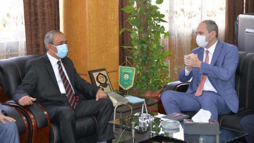 محافظ الإسماعيلية مع سفير بيلا روسيا