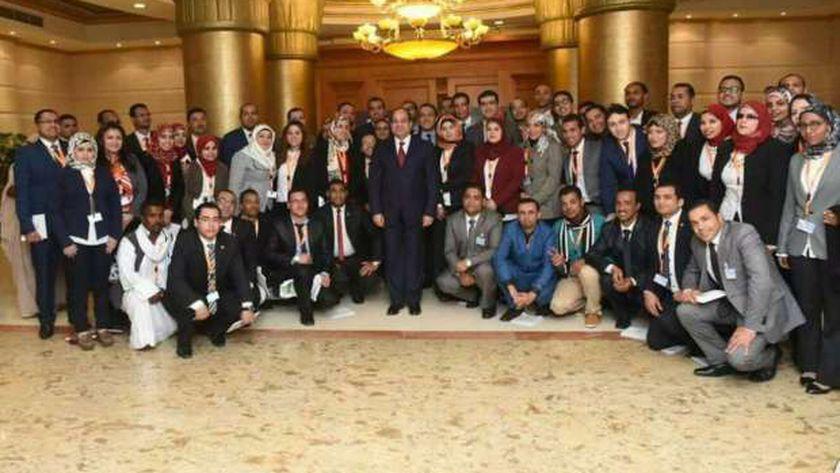 صورة تذكارية للرئيس مع شباب المؤتمر