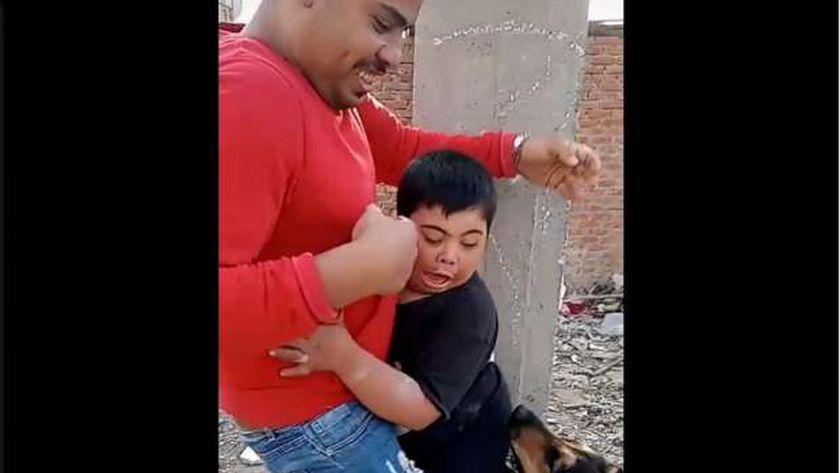 جانب من فيديو ترويع الطفل