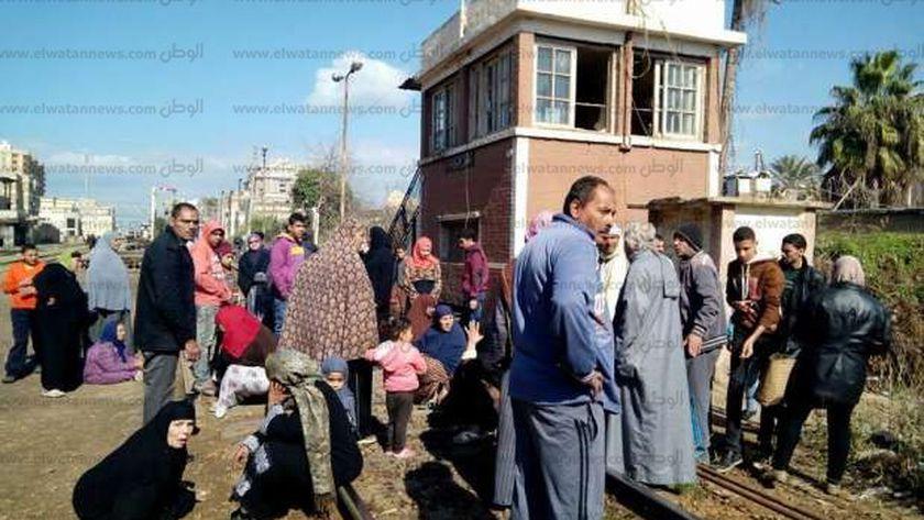 مواطنو العشوائيات يقطعون خط السكة الحديد بكفر الشيخ