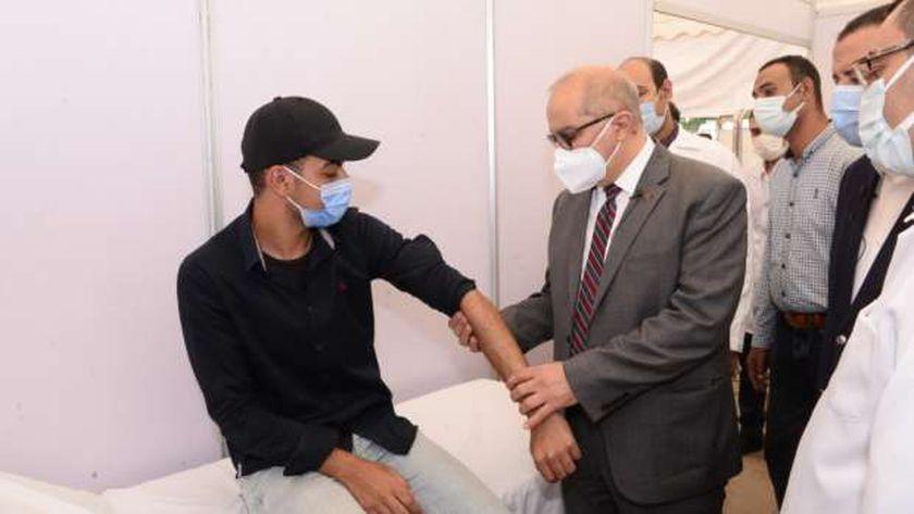 رئيس جامعة أسيوط يجرى الكشف الطبي على أحد الطلاب