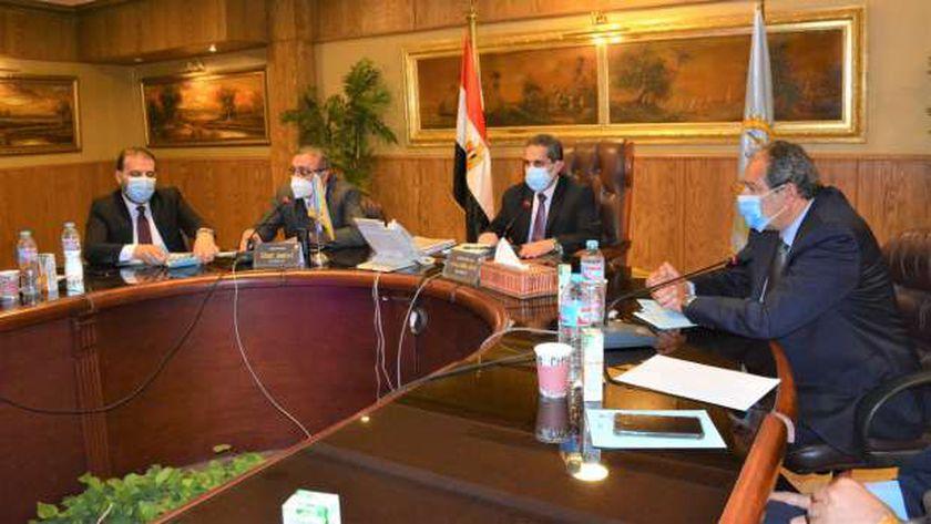 محافظ الغربية يعقد اجتماعاً مع نواب مجلس الشيوخ