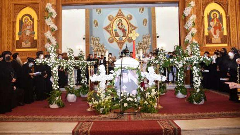 محافظ أسوان يشارك في صلاة الجنازة على جثمان نيافة «الأنبا هدرا»