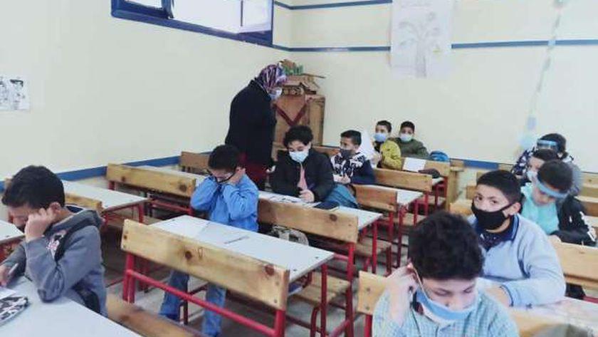 طلاب يؤدوا الامتحان