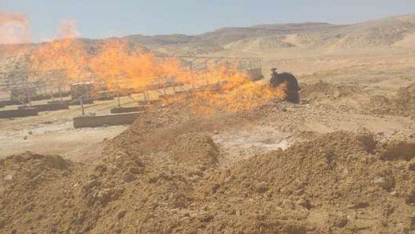 فنيون من البترول لفحص حريق بئر مياه غرب جرجا
