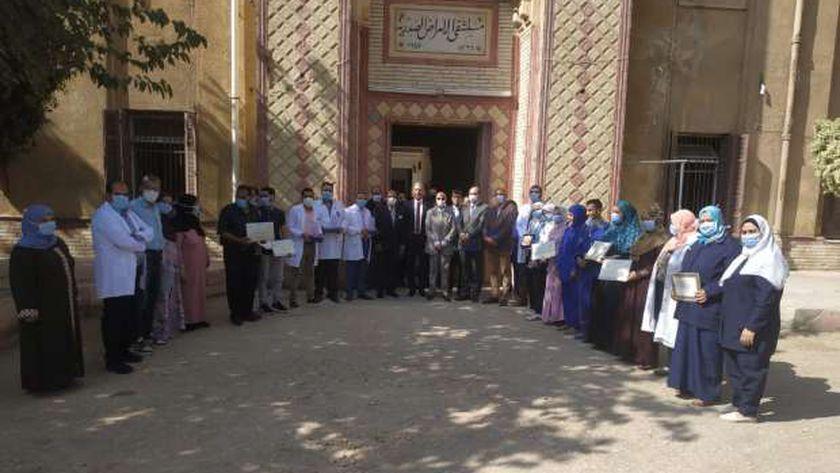 """وكيل """"صحة الشرقية"""" يكرم رؤساء الأقسام بمستشفى الصدر لمحاربتهم كورونا"""