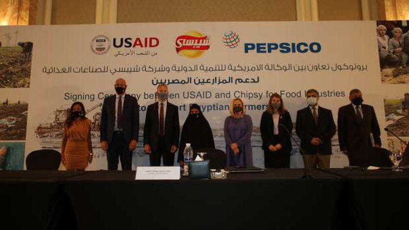 السفير الامريكي اثناء توقيع البروتوكول