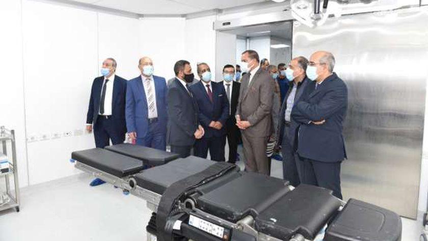 رئيس جامعة سوهاج يفتتح قسم جراحة القلب والصدر بالمستشفي الجامعي بعد تطويره