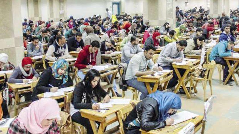 """طلاب الدبلومات يؤدون الامتحانات """"أرشيفية"""""""