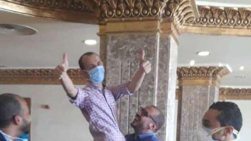 الدكتور احمد خليل يرفع علامة النصر عقب خروج اخر المتعافين من كورونا بنزل شباب الطود