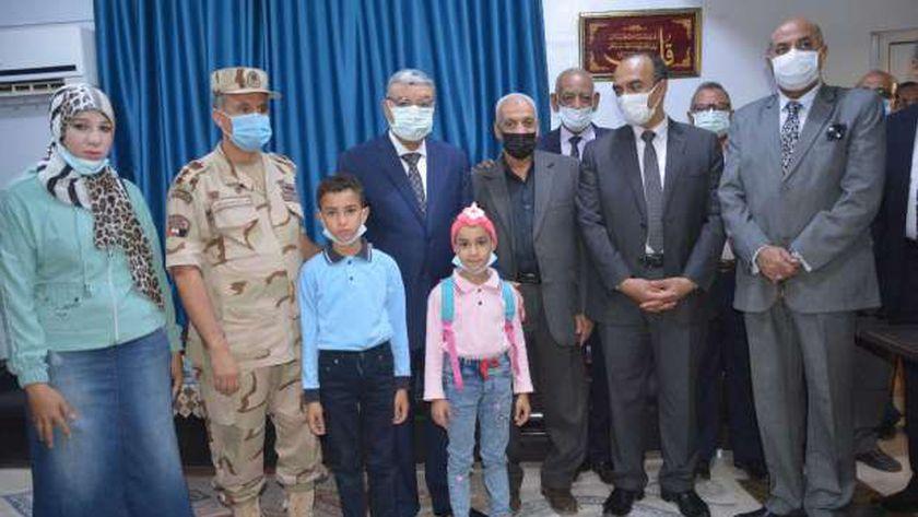 محافظ المنيا مع ابناء الشهيد