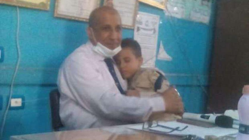 مدير مدرسة يحتضن طفلاً بكى من النعاس