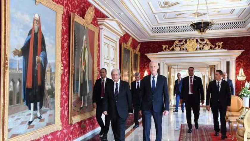 الرئيس التونسي يتصدر عددًا من مرافقيه داخل قصر قرطاج الرئاسي (أرشيفية)