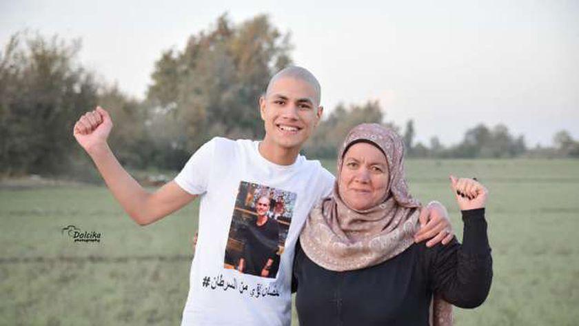 الشاب محمد قمصان ووالدته
